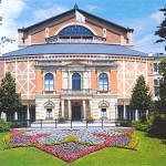 """Das Festspielhaus im Sommer auf dem """"Grünen Hügel"""""""